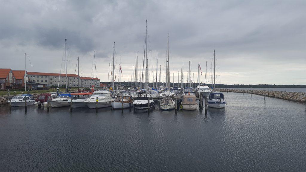 Juelsminde Havn i eftermiddagssolen