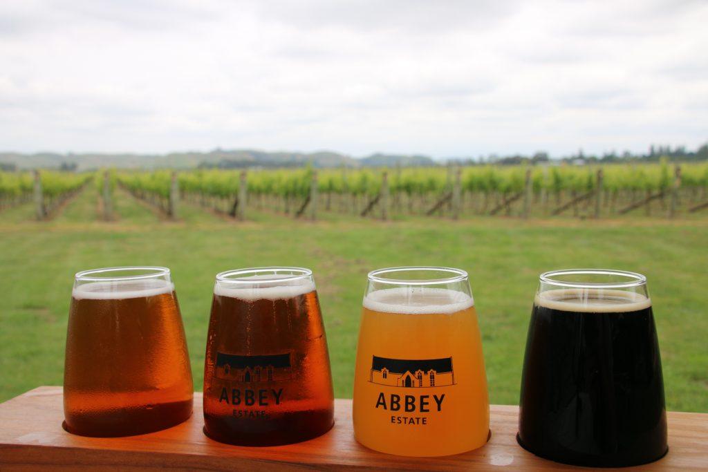 Ølsmagning blandt vinmarker