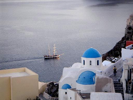 En af Santorinis karakteristiske blåkuplede kirker