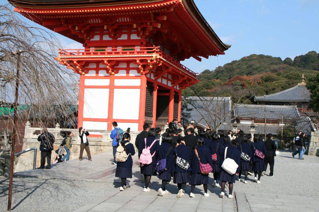 Masser af skolebørn ved  Kyotos templer